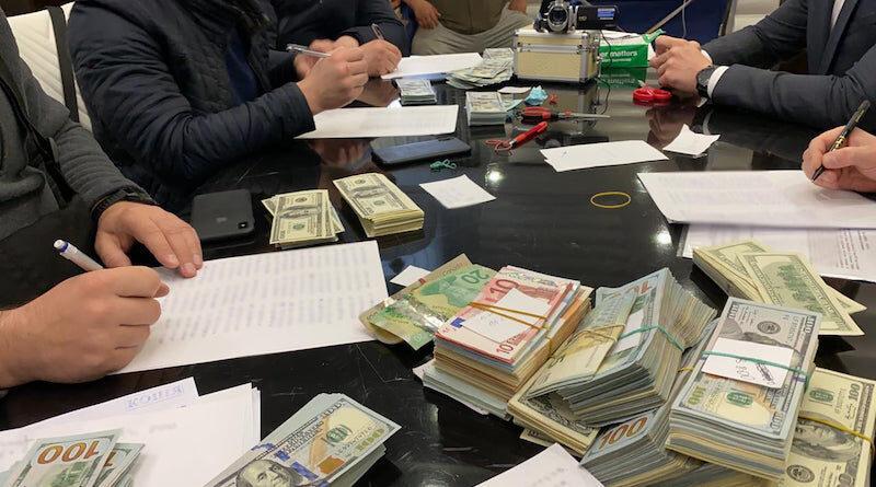 """Прокуратура викрила незаконну схему, яка приносила мільйонні прибутки від """"кришування"""" нелегальної торгівлі у підземних переходах столиці. Фото"""