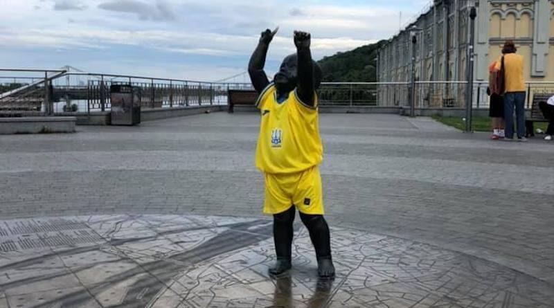 Малюків-засновників Києва вбрали у форму національної збірної. Фото