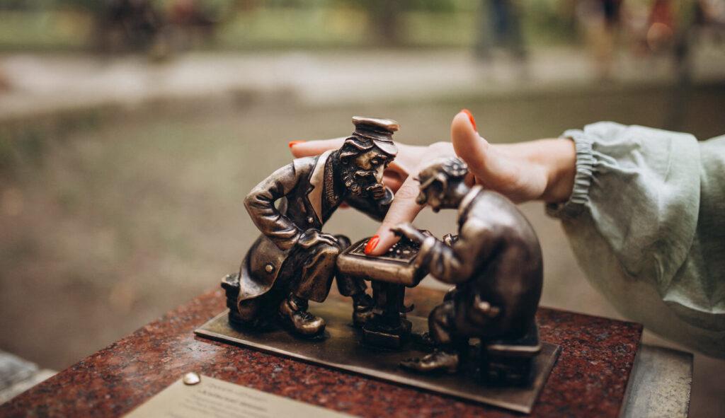 """19-та міні-скульптурка проекту """"Шукай"""" – Київські шахи"""