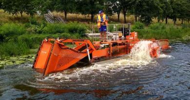 Вакваторії Русанівського каналу працює плаваючий комбайн канадського виробництва «Aquamarine», який прибирає річище від заростей ісміття.