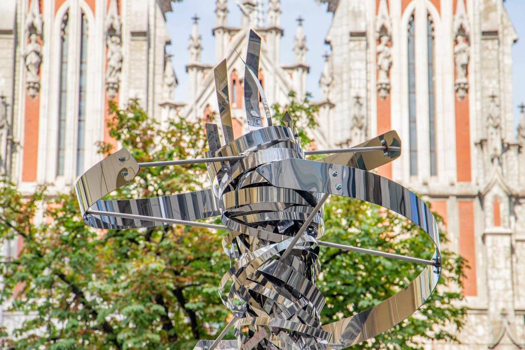 У Києві встановили сталеву скульптуру у формі ДНК