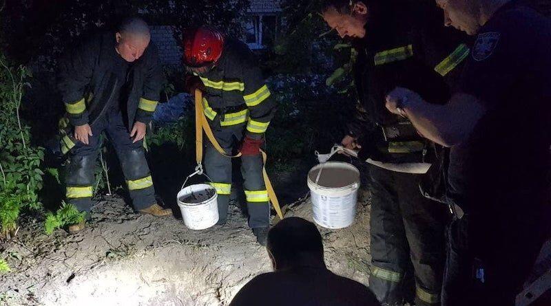 У Києві чоловіка, який копав криницю, засипало землею на глибині 4 метри
