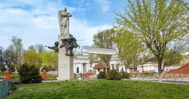 З історії київських пам'ятників - Пам'ятник київському князю Святославу Ігоровичу.