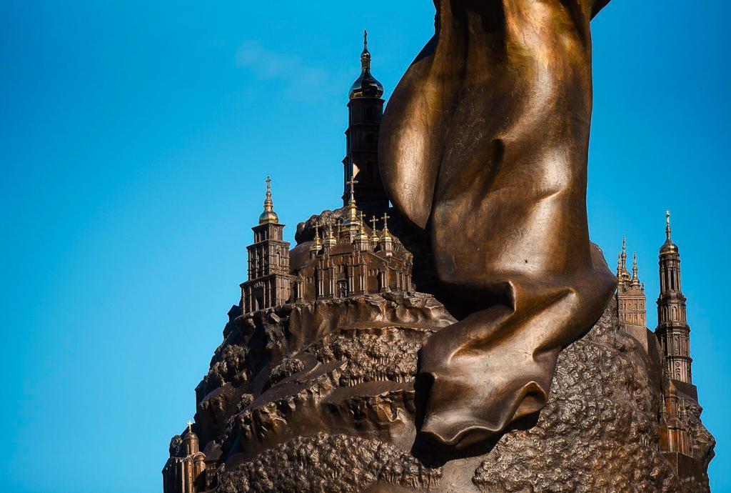 Фонтан со скульптурой Архистратига Михаила в парке «Владимирская горка»