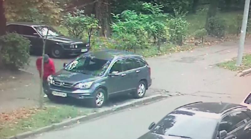 На Відрадному невідомий чоловік ріже колеса припаркованим на тротуарі авто. Відео