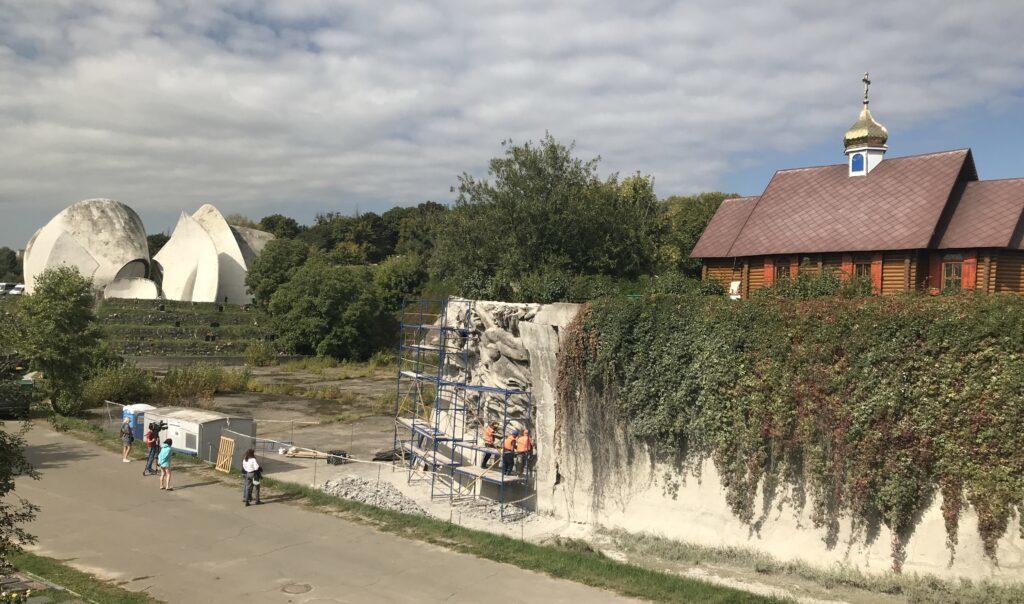 На Байковом кладбище продолжаются работы по открытию горельефа Стены памяти.