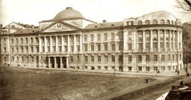 Будівля Київських вищих жіночих курсів по вулиці вул. О.Гончара, 55