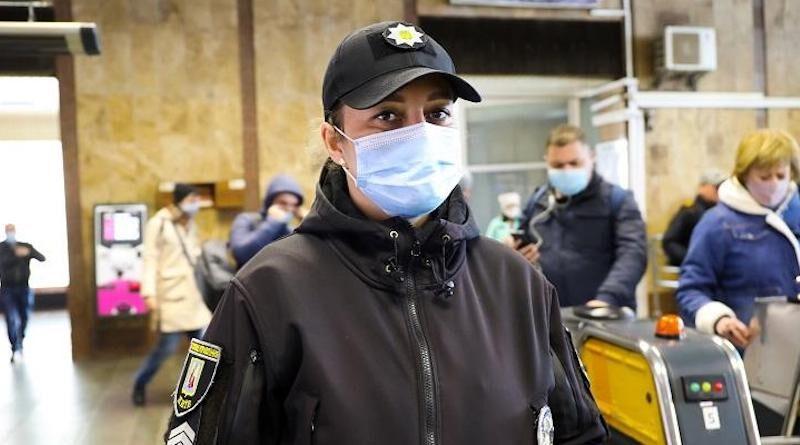 Полицейская киевского метрополитена Ирина Атаманчук спасла жизнь пассажиру, у которого остановилось сердце. Видео