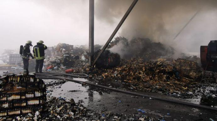 Під Києвом – пожежа на підприємстві з переробки хімікатів, є постраждалі