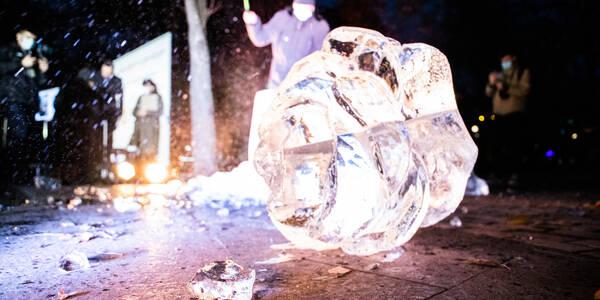 Молотком по руці: відомі кияни розбили символічний льодовий кулак проти насильства