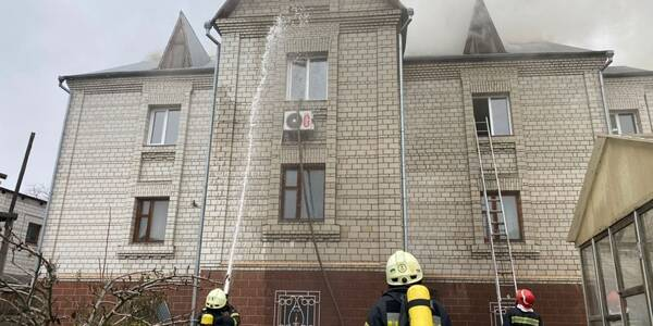 У Києві рятувальники винесли з палаючого будинку газові балони
